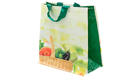 Picture of Mercadona's fabric grocery bag. It is decorated with a basket filled with vegetables: aubergines, tomatoes and lettuce.
